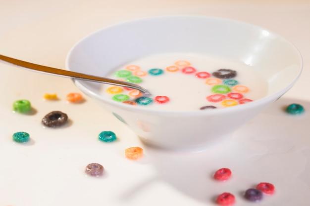 Céréales à angle élevé sur la table et bol avec des céréales Photo gratuit