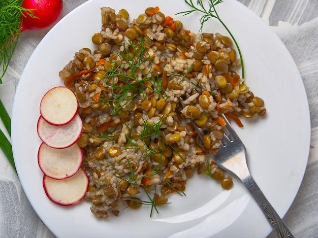 Céréales aux lentilles et légumes sur une lumière Photo Premium