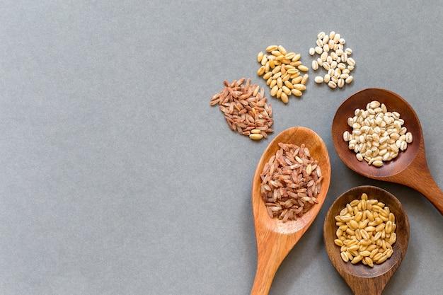 Céréales saines mis sur une cuillère en bois, espace de copie Photo Premium