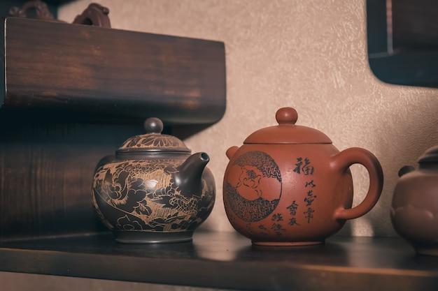 La cérémonie du thé est effectuée par le maître Photo Premium