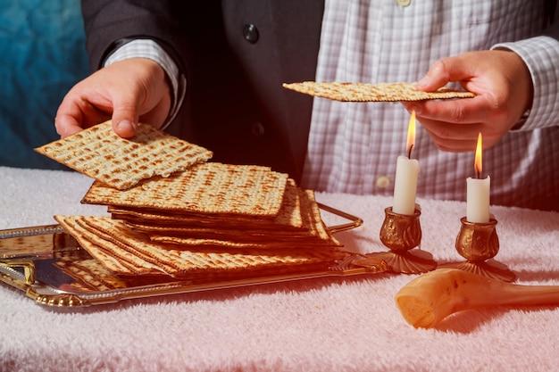 Cérémonie de kiddouch du sabbat avec deux bougies et du pain frais traditionnel de la matza de la pâque Photo Premium