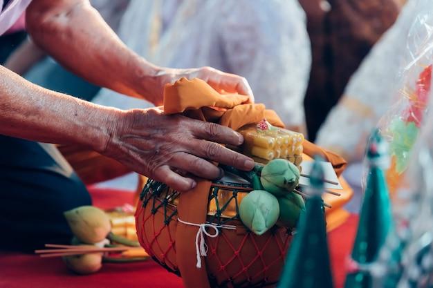 Cérémonie d'ordination dans le rituel du moine thaïlandais bouddhiste pour l'homme du changement Photo Premium