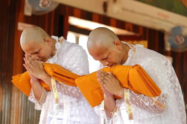 La cérémonie d'ordination du nouveau moine Photo Premium