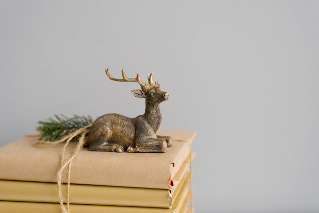 Cerf de noël élégant sur les livres. Photo Premium