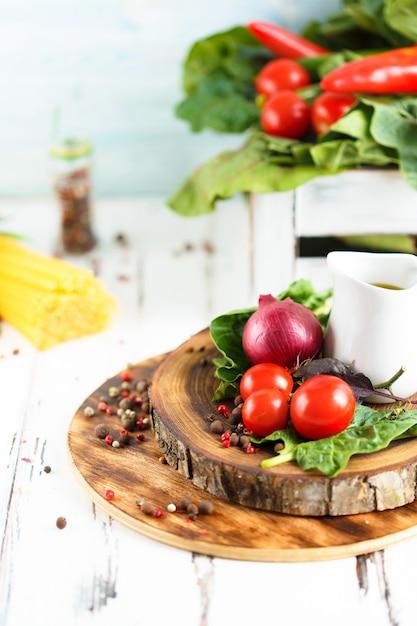 Cerise, estragon, spaghetti, piment, basilic, épices ingrédients pour la cuisson des pâtes Photo Premium