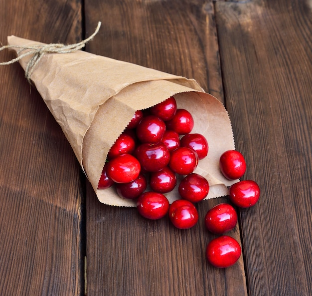 Cerise rouge mûre dans un sac en papier Photo Premium