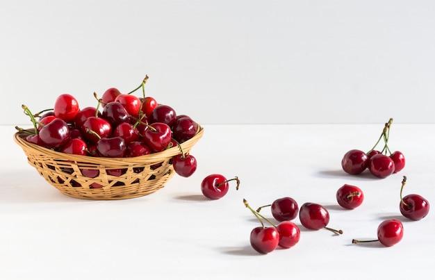 Cerises Fraîches Dans Un Bol Photo Premium