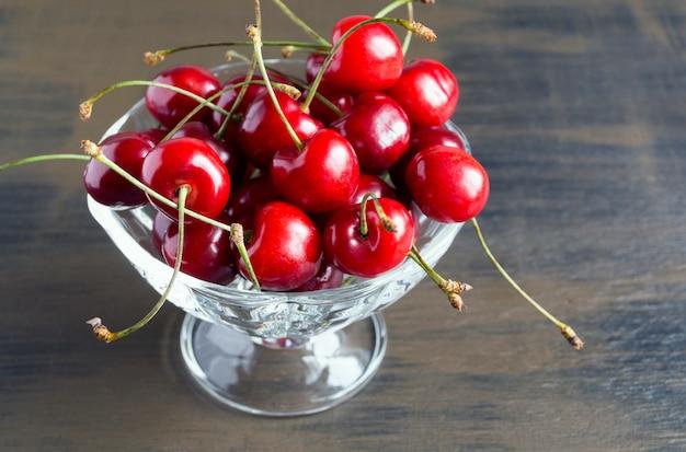 Cerises fraîches mûres. un bouquet de délicieuses baies d'été. Photo Premium