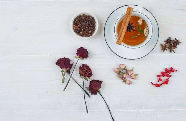Certaines Tisanes Et Roses Avec Des Boutons De Rose, Des Herbes Et Des épices Sur Une Surface Blanche Photo gratuit