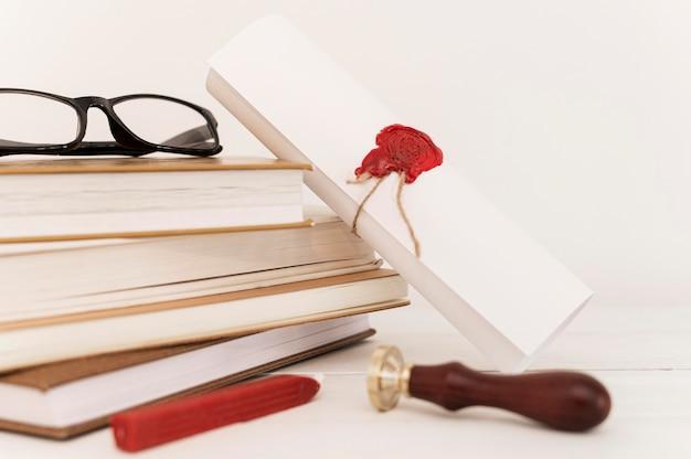 Certificat De Diplôme Et Pile De Livres Photo gratuit
