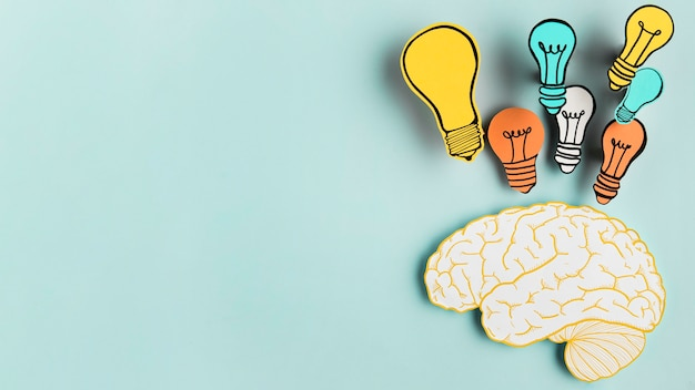 Cerveau En Papier Avec Collection D'ampoules Photo Premium