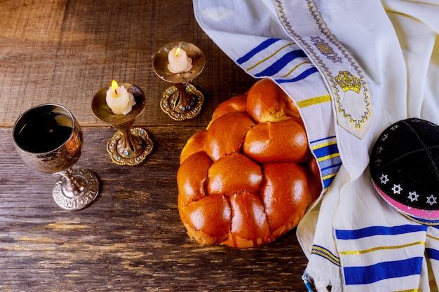 Chabbat challah pain, vin de chabbat et bougies sur la table. vue de dessus Photo Premium