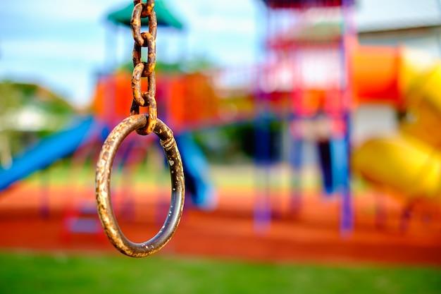 Chaîne en anneau de fer pour l'exercice d'escalade sur aire de jeux brouillée pour enfants Photo Premium