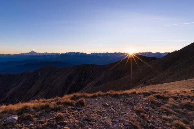 Chaîne de montagnes au coucher du soleil Photo Premium
