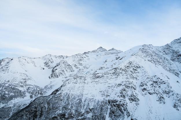 Chaîne de montagnes de vue sur les montagnes du caucase. cheget, russie. Photo Premium