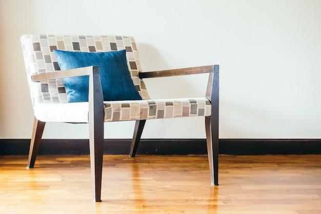 Chaise en bois vide avec oreiller Photo gratuit