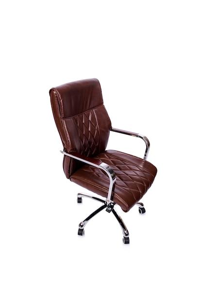 Chaise de bureau en cuir marron isolée on white Photo Premium