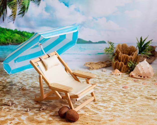 Chaise Longue En Bois Sur Une Plage De Sable Au Bord De La Mer Avec Des Palmiers Et Un Parasol Photo Premium