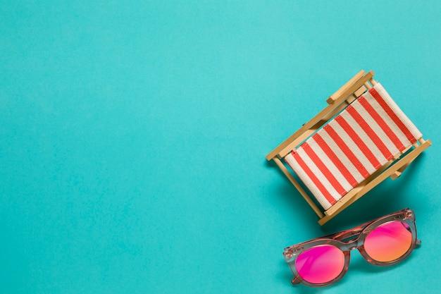 Chaise longue et lunettes de soleil Photo gratuit