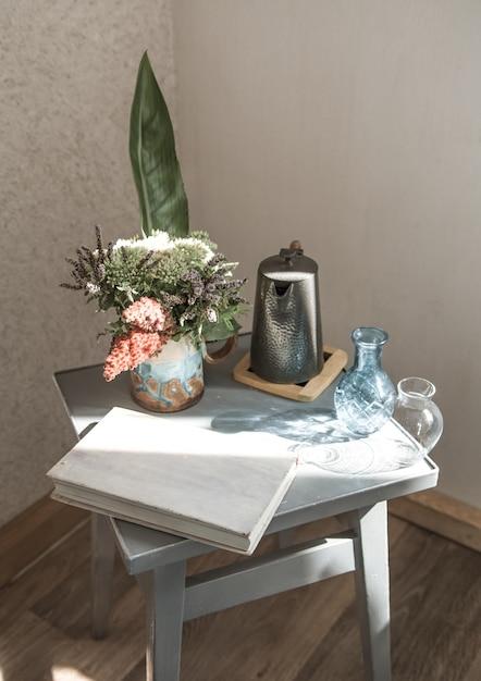 Chaise De Maison Avec Un Beau Pot De Fleurs Et Des Objets Décoratifs Photo gratuit