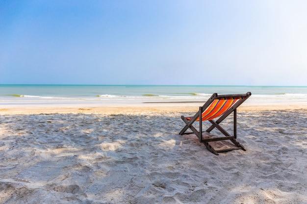 Chaise de plage sur la plage avec un paysage magnifique à hua hin prachuap khiri khan Photo Premium