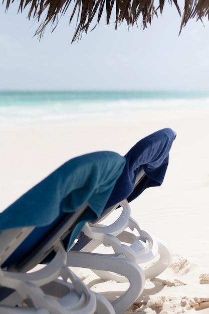 Chaise de plage vue de côté gros plan au bord de la mer Photo gratuit