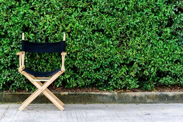 Chaise Pliante Ou Directrice En Bois Dans Le Jardin Photo Premium