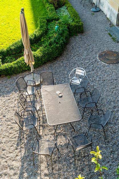 Chaise et table de patio extérieures vides Photo Premium