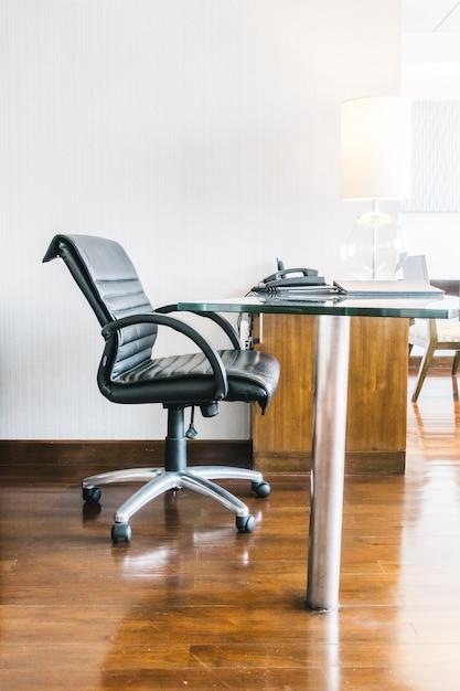 Chaise de travail en cuir noir Photo gratuit