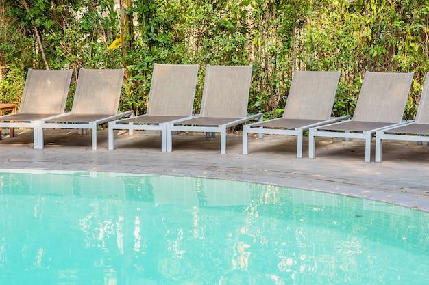 Chaise vide autour de la piscine dans le complexe hôtelier Photo gratuit