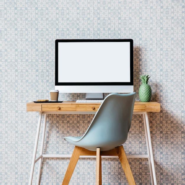 Chaise Vide Devant Le Bureau De L'ordinateur Photo gratuit