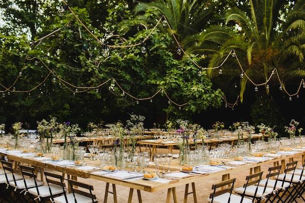 Chaises en bois de style vintage vides rétro pour les événements et les mariages Photo Premium