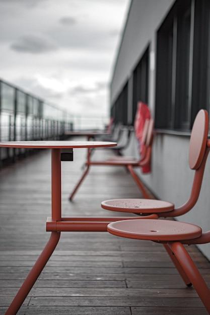Chaises Et Tables En Métal Rouge Sur Quai Photo gratuit