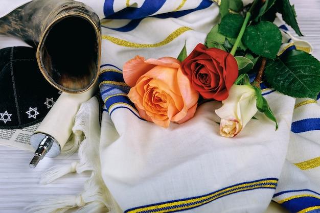 Châle de prière - tallit et corne de shofar, symbole religieux juif Photo Premium