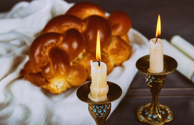 Challah fraîchement cuit au four pour le saint sabbat rituel traditionnel du sabbat juif Photo Premium