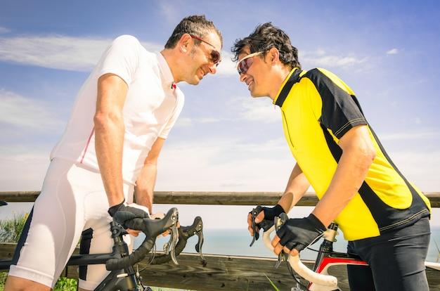 Les challengers sportifs à la course de vélo Photo Premium