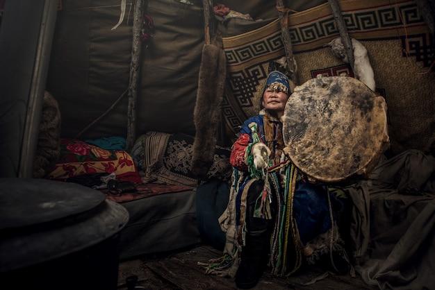 Chaman De Mongolie Faisant Un Rituel Authentique D'esprits D'invocation Photo Premium