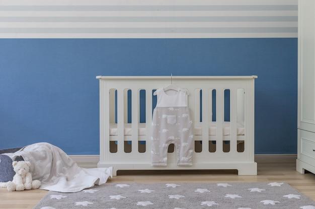 Chambre de bébé avec ours en peluche blanc Photo Premium