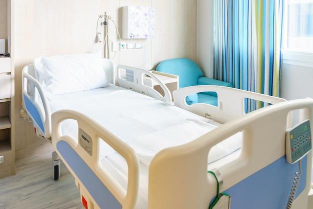Chambre d'hôpital avec lits et médical confortable équipée dans un hôpital moderne Photo Premium