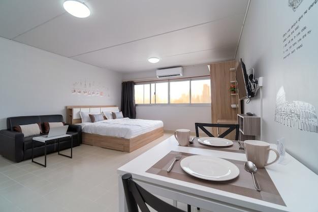 Chambre intérieure avec canapé en cuir du salon et table à manger Photo Premium
