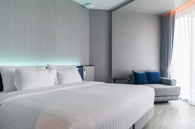 Une chambre de luxe de style moderne: intérieur de la chambre d'hôtel Photo Premium