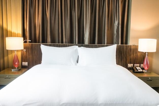 Chambre tidy avec deux lampes et rideaux Photo gratuit