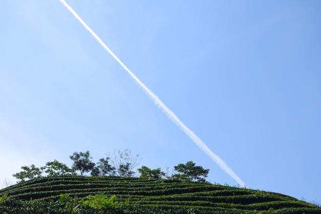 Champ avec ligne traversant le ciel Photo gratuit
