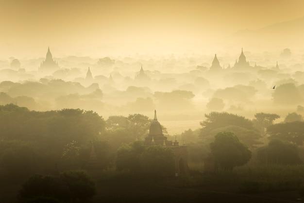 Champ de la ville antique de la pagode scène du lever du soleil à bagan, myanmar. (haute qualité d'image) Photo Premium