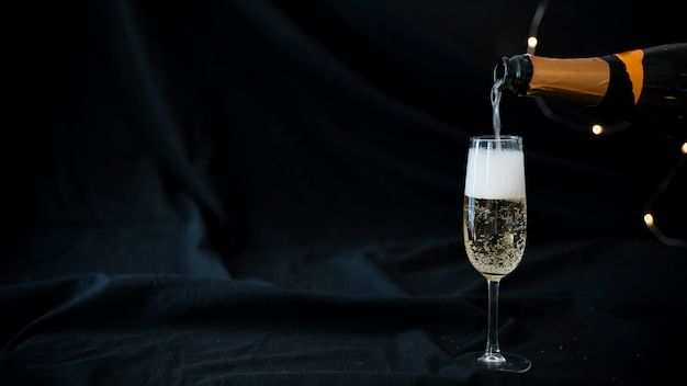 Champagne verser dans le verre Photo gratuit