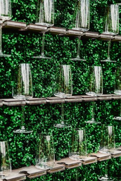 Champagne, Vin Mousseux, Mousseux Blanc, Boisson, Vin, Gazéifié, Comptoir De Boissons, Mur De Champagne, Boissons Apéritives, Verres à Champagne, Herbes, Table De Buffet. Photo Premium