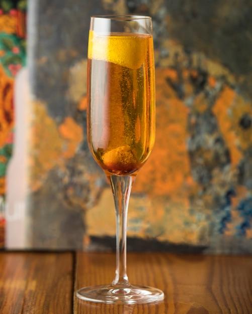 Champaigne au citron sur la table Photo gratuit