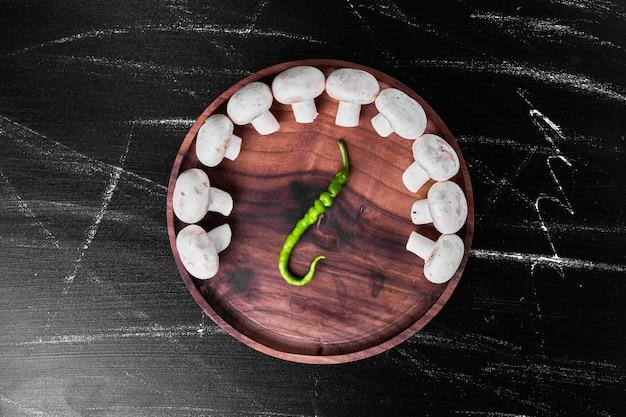 Champignons Blancs Avec Un Piment Dans L'assiette. Photo gratuit