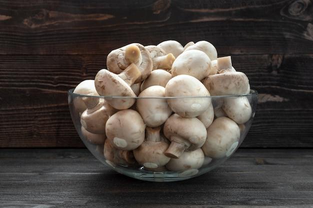 Champignons champignon sur un bureau en bois foncé Photo Premium