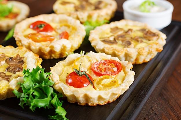 Champignons, Cheddar, Tartelettes De Tomates Sur Bois Photo Premium
